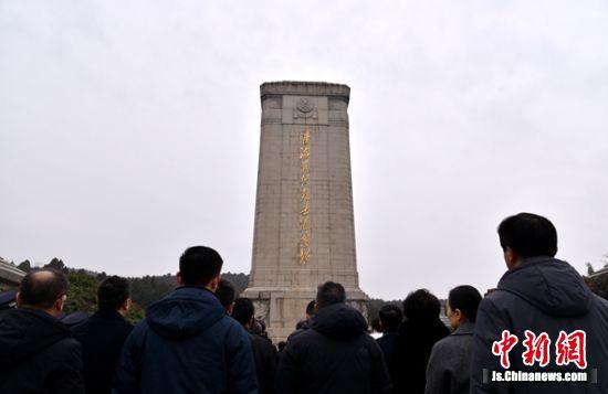 民众在巍峨的淮海烈士纪念塔前行注目礼。