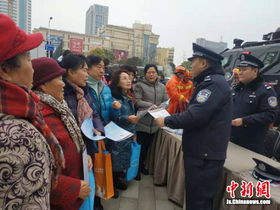民警为市民传授防骗技能。