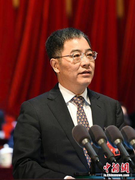 镇江市市长张叶飞作《政府工作报告》。马镇丹摄