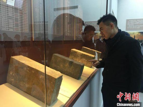 参观者在阅读石砖上的铭文。 申冉 摄