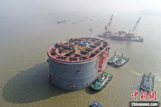 常泰长江大桥6号沉井在施工设备的辅助下进行精确定位。江苏省交通运输厅供图