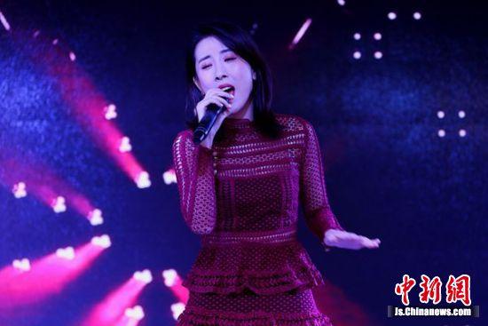 歌手演唱歌曲。钟学满摄