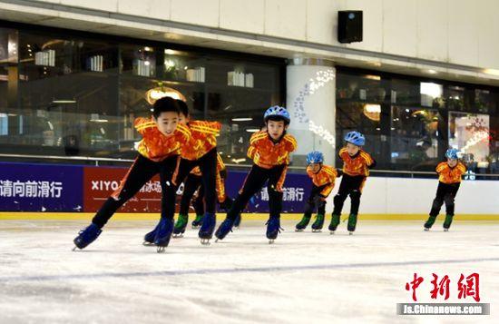 小运动员们现场大秀冰技。