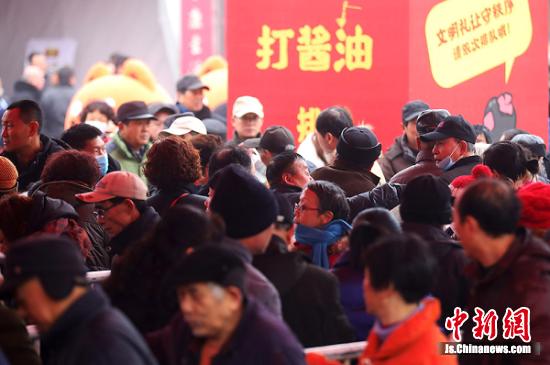 买到满意年货的镇江居民纷纷表示,不打酱醋不过年,打了酱醋过好年,大家的生活一年比一年更红火。泱波 摄