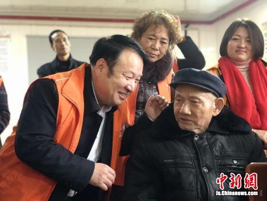 志愿者陪伴空巢老人。 受访者供图