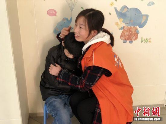 志愿者用爱心抚慰孩子。 受访者供图