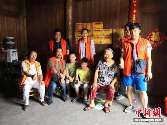 志愿者关爱贵州山区留守儿童。 受访者供图