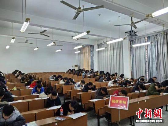 学生们在诚信考场考试。