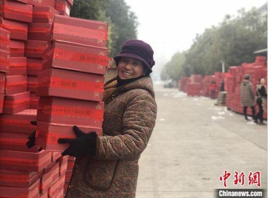 沭阳县科技创业产业园内的道路上,路两边堆满了如山的各色包裹,坚果、化妆品、服饰类应有尽有。 刘林 摄