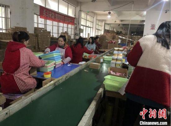 王彪的库房里,数十名工人正在紧张地打包、分拣。 刘林 摄
