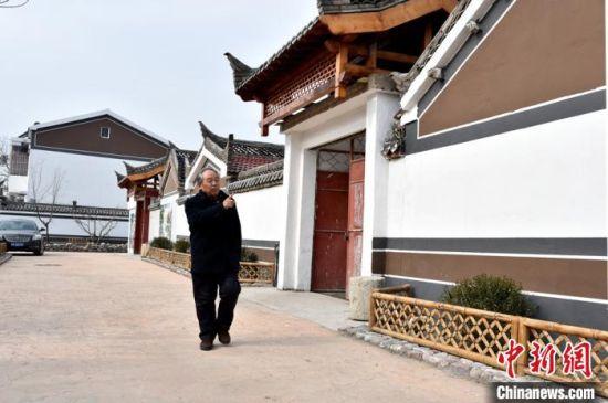 70岁的退休干部武广恩离开城市回到改造一新的老宅子生活。 朱志庚 摄