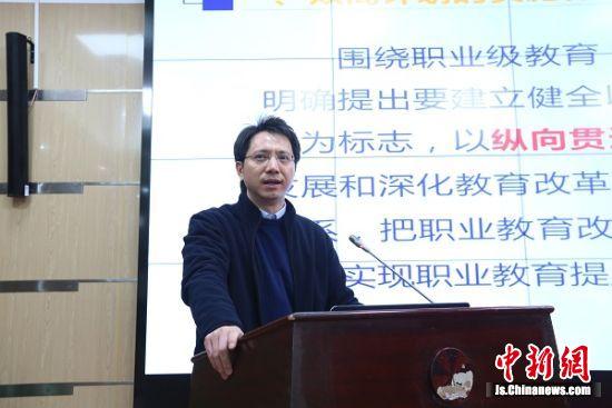 党委副书记、校长周勇作《常信院:双高计划、工业互联网》工作报告。