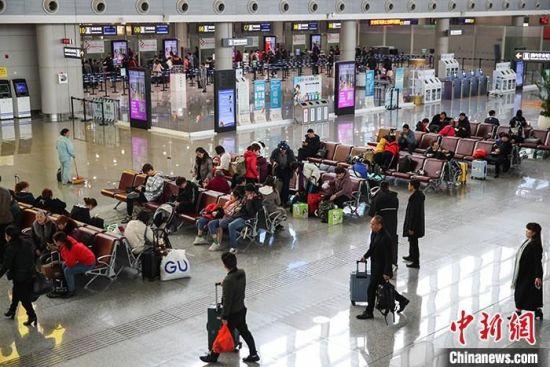 资料图:旅客在航站楼候机。中新社记者 瞿宏伦 摄