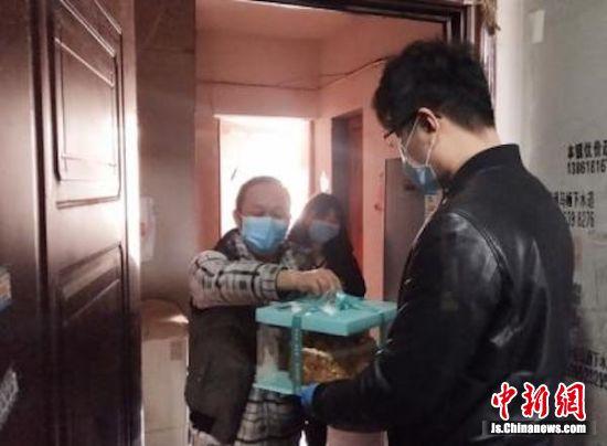 社区为居家隔离人员送上生日蛋糕。