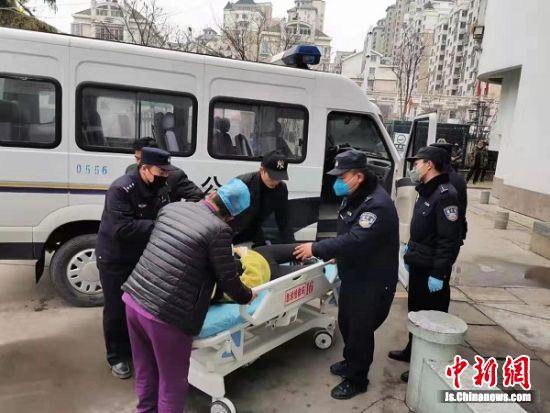 女子被及时送到医院救治