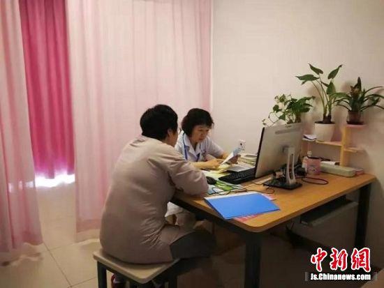 徐辉在产科门诊坐诊。