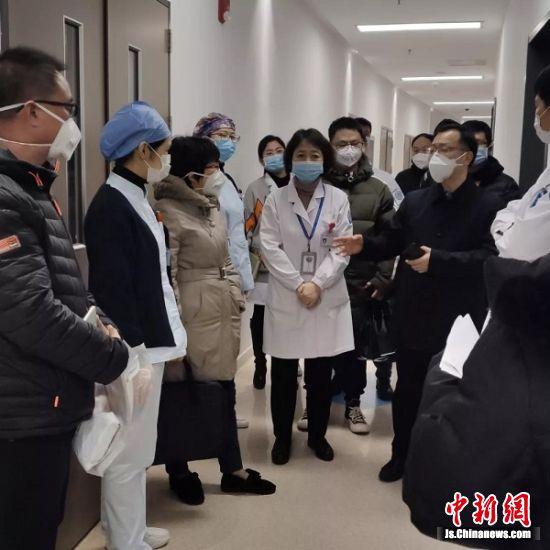 徐辉陪同秦淮区卫健委督导组督导市中医院防控工作。