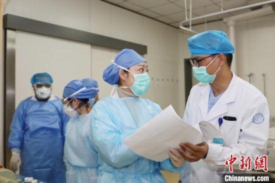 医院工作人员在准备中。 钦嫣 摄