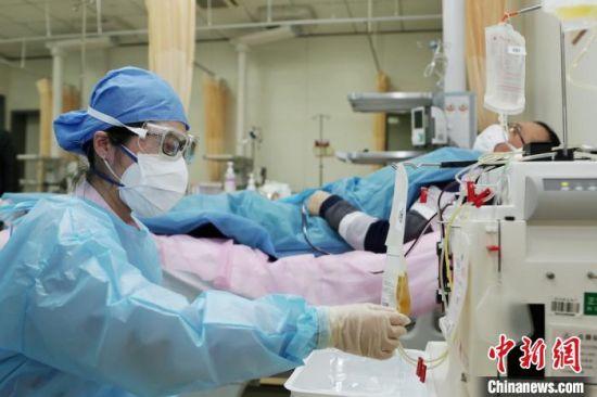 图为工作人员在采集血浆。 钦嫣 摄