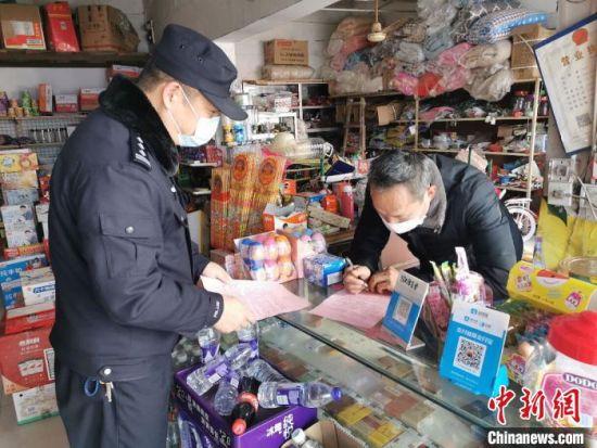 荣志珏生前走访辖区。警方供图