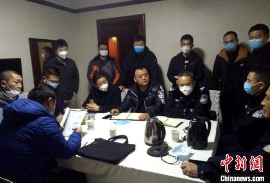 疫情防控期间办案人员共同研判20年前命案。 徐州警方供图