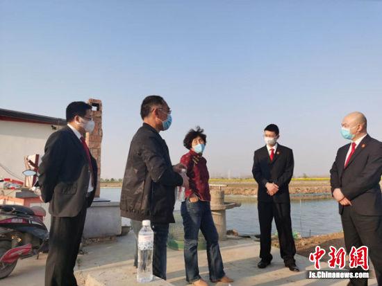 走访从事稻蟹养殖的某农业公司,帮助解决融资难问题。