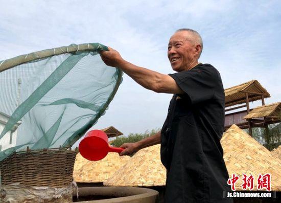 2018年,高党村集体入股新建了传统甜油坊,73岁的李前彬感觉自己有了奔头。(1)