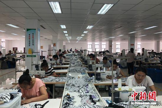 众多女工放弃出外打工,选择在家就业,工作生活两不误。