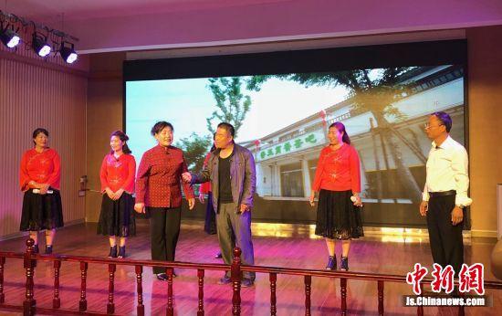在乡村大舞台,村民们自编自导自演文艺节目,除了本村需要,还经常外出演出增加效益。