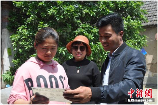 东圩社区卫生专干赵雨为村民王方义家授牌。李集镇政府供图