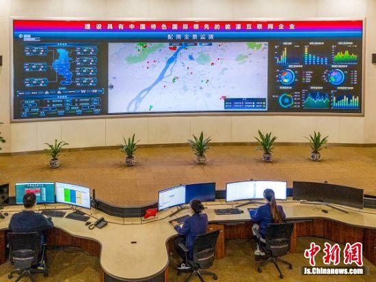 5月1日,国网南京供电公司供电服务指挥中心青年员工坚守岗位,完成大型停电操作、及时处理故障,保障城市万家灯火通明。(杜懿 摄影)
