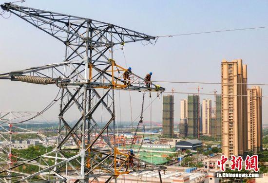 """4月30日,""""超级动脉""""南京220千伏西环网重要输电通道滨码、滨嘉线路增容改造工程完工,作为南京城区电网的主要负荷中心,南京220千伏西环网承担了全市约三分之一的用电负荷,经过增容改造后的输送容量接近翻倍,将为南京快速发展提供强有力的供电保障。(杜懿+摄影)"""