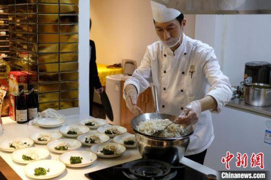大厨现场烹饪淮扬菜。 泱波 摄