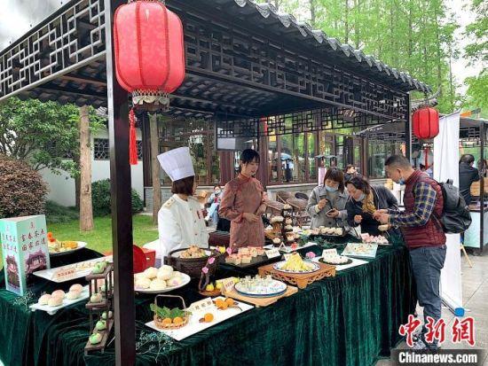 """2020年4月18日,扬州举办""""烟花三月""""美食节。 崔佳明 摄"""