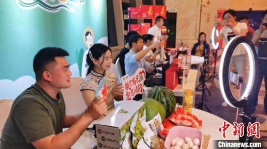 """会场外,宿迁市的""""网红""""们直播推荐家乡产品。 刘林 摄"""