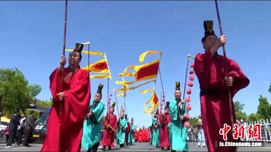 当地民众身穿汉服当街巡游。 沛县发布供图