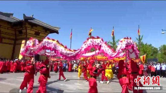 汉城公园门前舞龙表演。 沛县发布供图