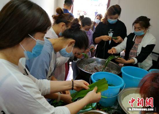 """侯楼社区""""好媳妇""""们正在包粽子,准备端午节慰问孤寡老人。 朱志庚 摄影"""