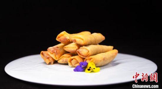 立春:荠菜春卷。立春代表着温暖、生长,荠菜是立春时节的时令蔬菜为清热、利水、养生佳品。 扬州大学旅游烹饪学院供图