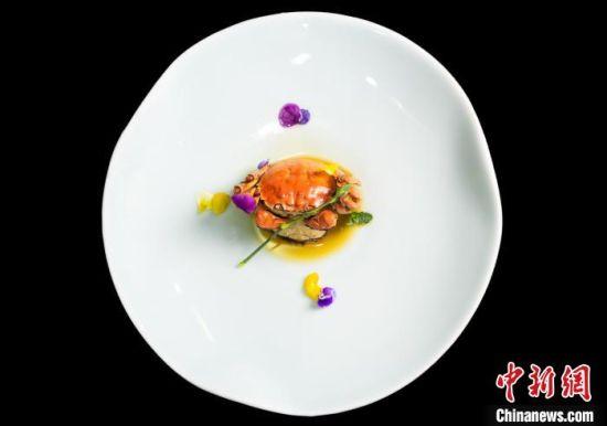 夏至:熟醉六月黄。夏至时节,6月黄有独特的风味,深受饕客喜爱。螃蟹为滋阴清热养生食品。扬州大学旅游烹饪学院供图