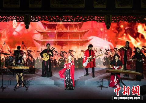 一场国风+二次元创意融合的国乐演出在周庄古戏台上演。