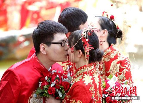 """""""520""""百人婚典在水乡周庄举行,新人们大胆示爱,许下浪漫约定。"""