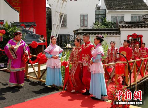 """""""520""""百人婚典在水乡周庄举行,新人们体验""""出阁礼""""。"""