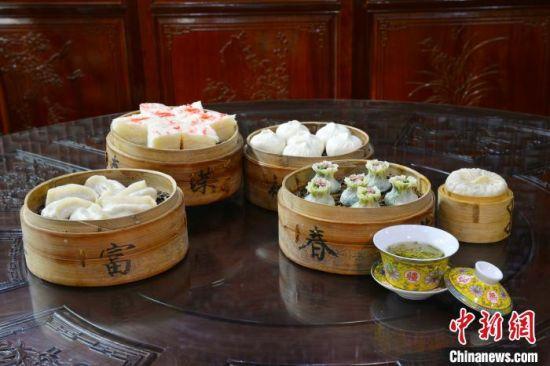 """富春早茶是扬州""""早上皮包水""""的代表。扬州富春茶社供图"""