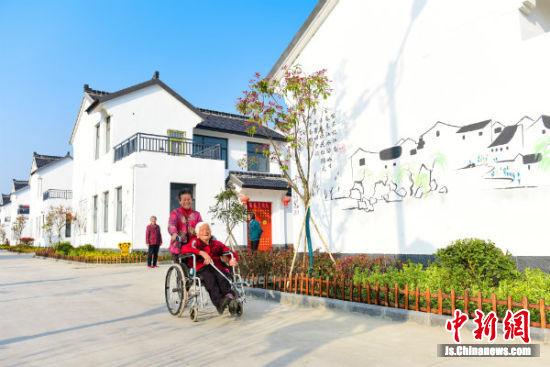 4月15日下午,在盐都区秦南镇千秋村,村民正陪伴家中老人出门散步,享受午后时光。 李思远