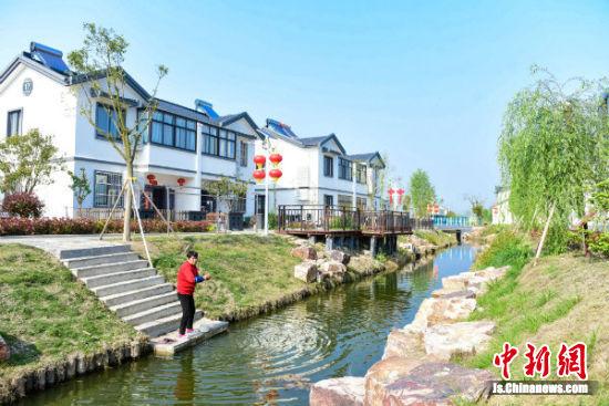 4月15日下午,在建湖县恒济镇恒东村,一位村民正在河中洗衣服 李思远
