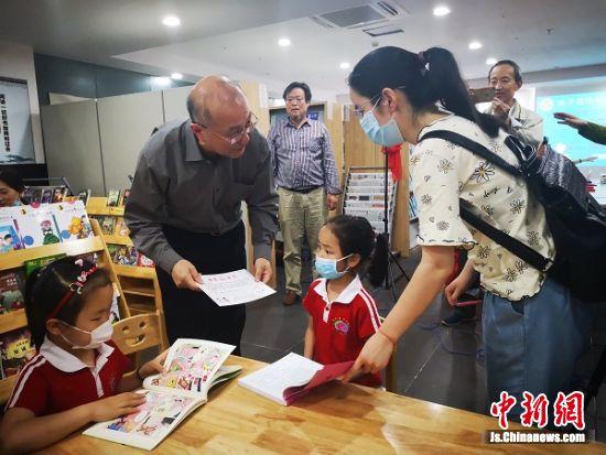 南通赤子情华侨图书馆馆长给到达现场的获奖小朋友颁奖。 陆建国摄