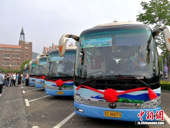 首趟环湖旅游观光巴士整装待发。