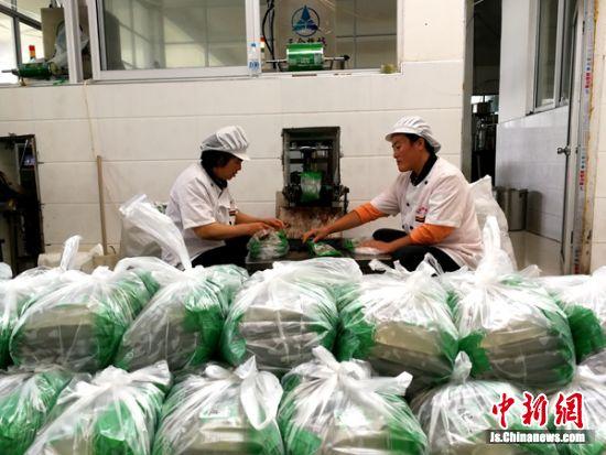 建在村里的香迪食品厂也从建档立卡帮扶户招聘数十名村民来厂工作。
