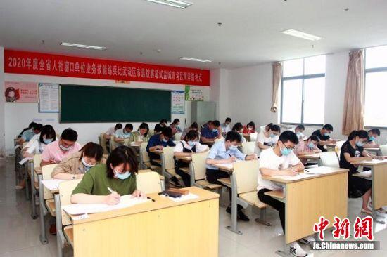 考生紧张考试中